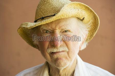 aelterer buerger mann in einem cowboyhut