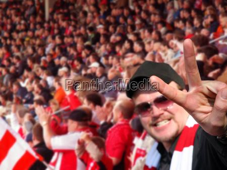 victoryzeichen fussballfan siegessicher