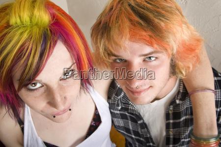 junges paar mit hellen farbigen haaren