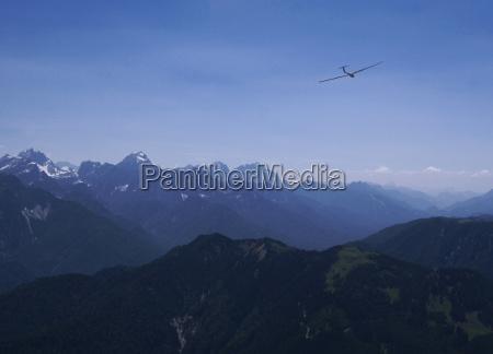 segelflugzeug ueber den alpen