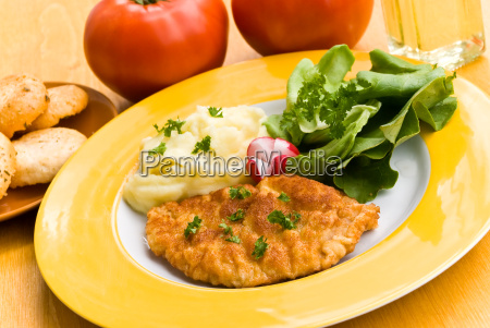 schnitzel mit pueree salat