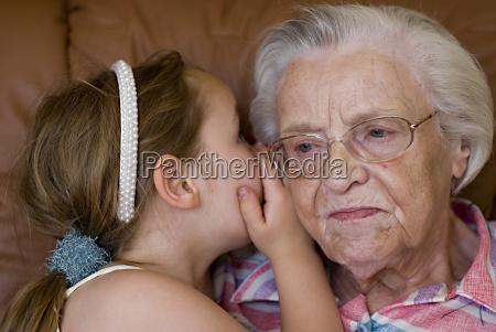 geheimnis zwischen oma und enkelin