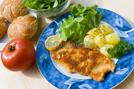 schnitzel paniert mit salat