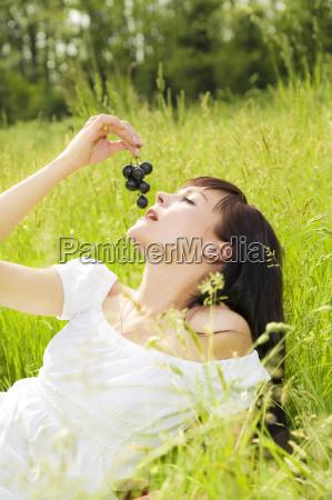 frau essen nahrungsmittel lebensmittel nahrung entspannung