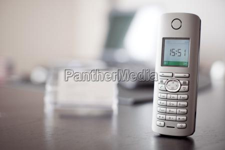 telefon auf schreibtisch