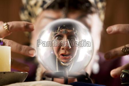 gyspy in einer kristallkugel gesehen