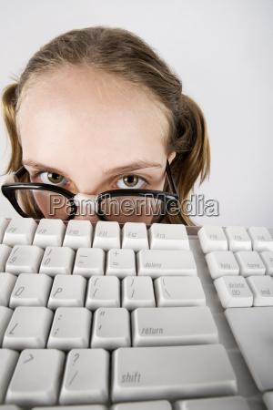 junge nerdy maedchen mit einer tastatur