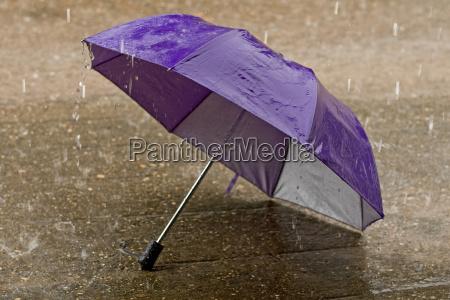 regenschirm bei heftigem regenwetter
