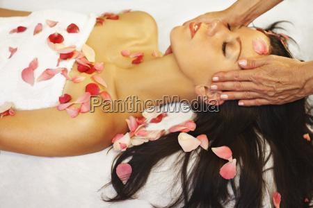 frau geniesst aromatherapie und massage