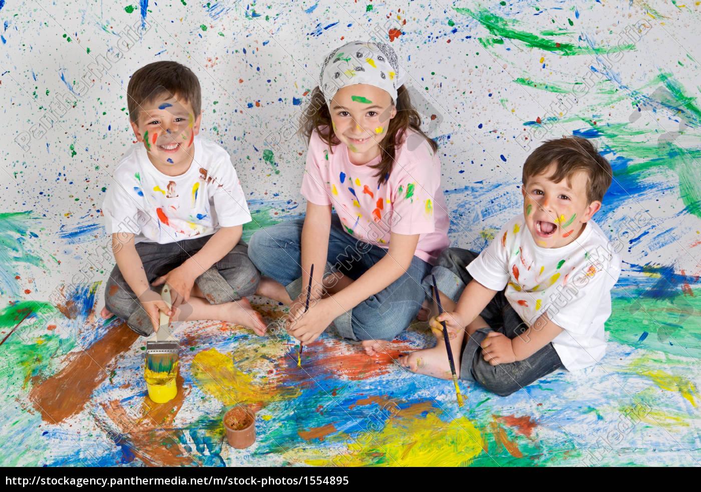 kinder spielen mit malerei - Lizenzfreies Bild - #1554895 ...