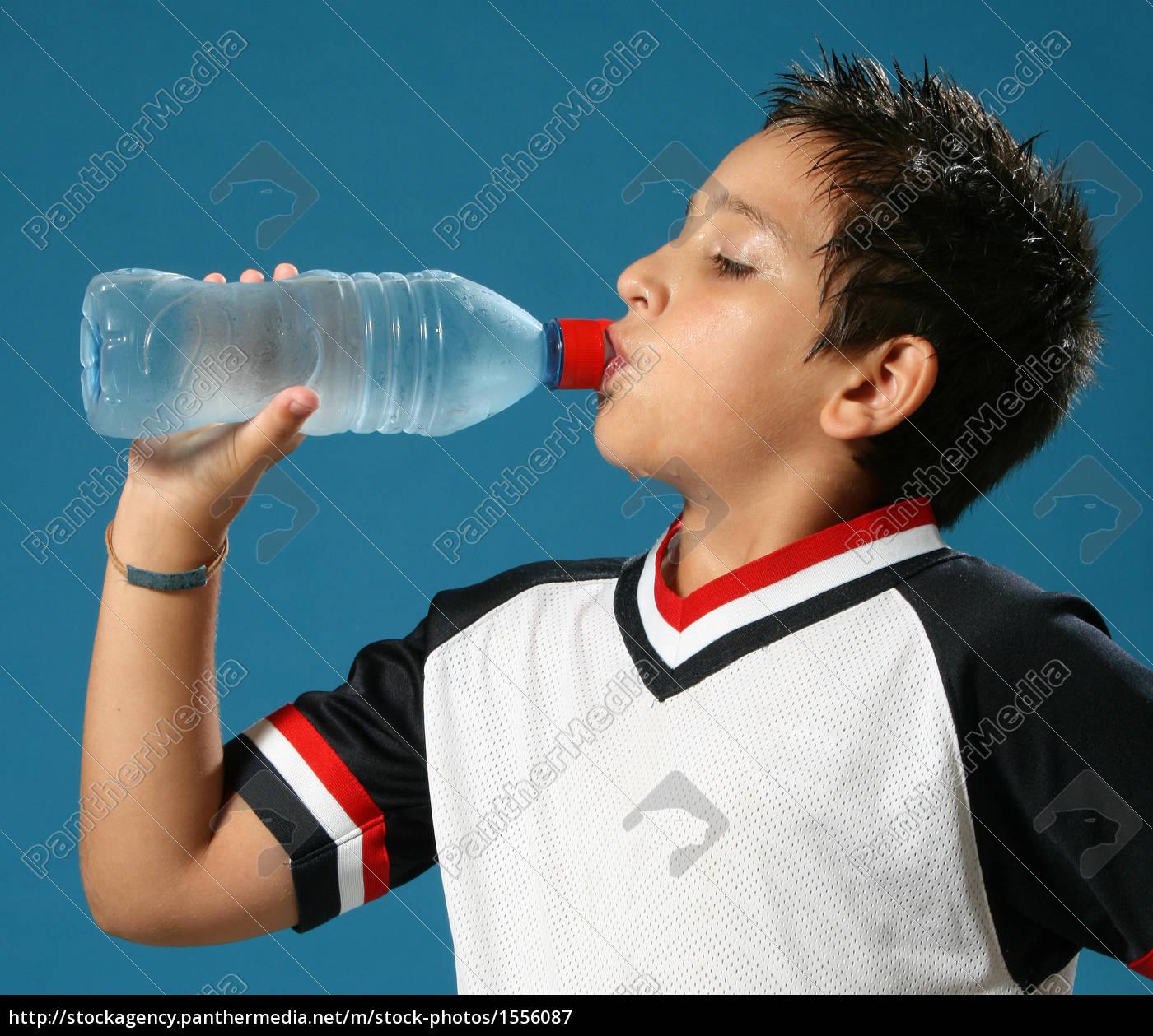 durstiger, junge, trinkwasser - 1556087
