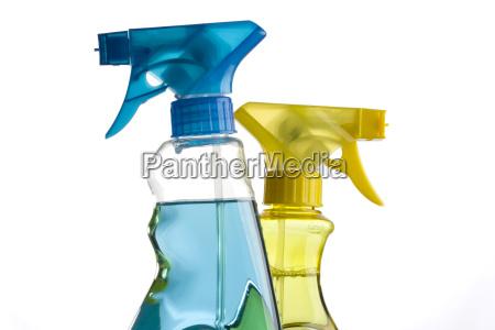 blaue und gelbe spruehflaschen