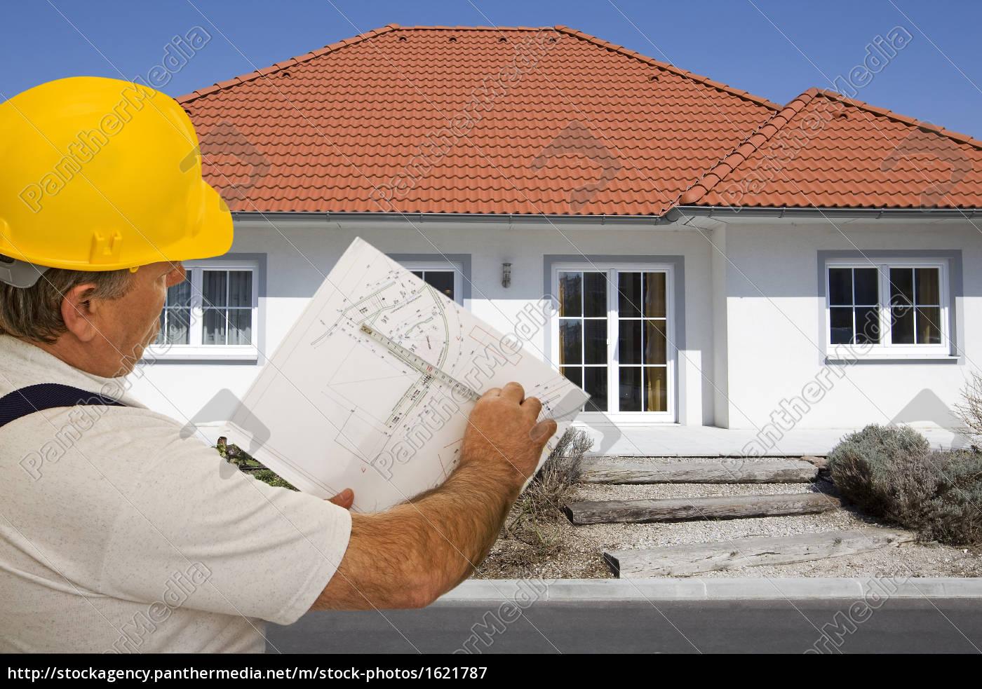 Bauarbeiter mit plan vor haus lizenzfreies bild for Haus plan bilder