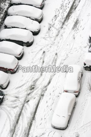 autos im winter mit schnee bedeckt