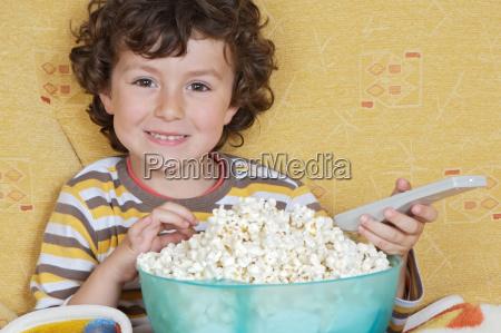 junge bub bursche knabe bube popcorn