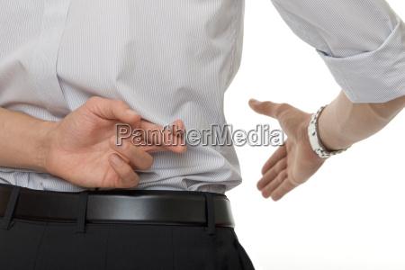 gekreuzte finger bei handschlag