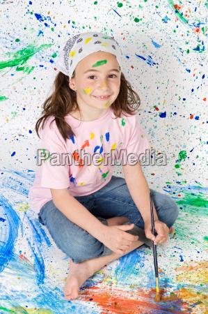 maedchen spielt mit malerei