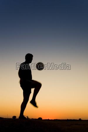 spormans siluetthe ist fussball spielen