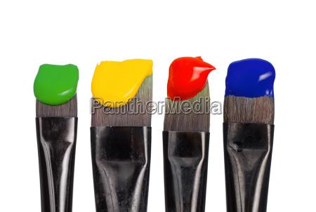 vier malpinsel mit grundfarben