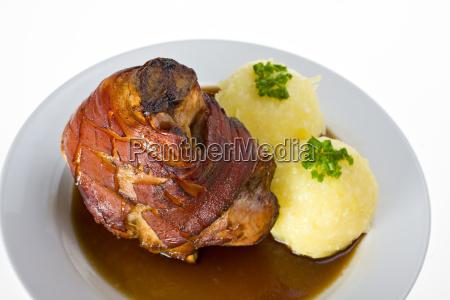 bayerische schweinshaxe mit kartoffelknoedel