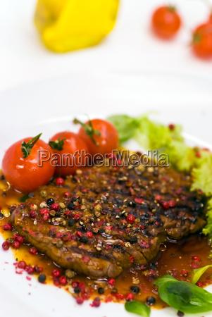 pfeffer steak mit tomaten gruensalat sosse