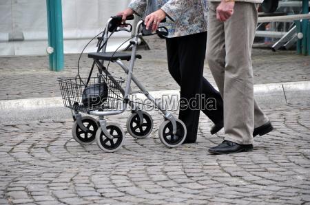 senioren mit rollator