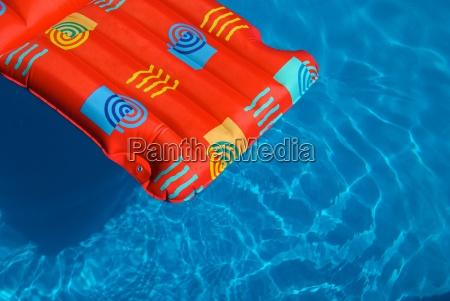 luftmatratze in pool
