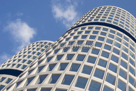 gebogene moderne architektur