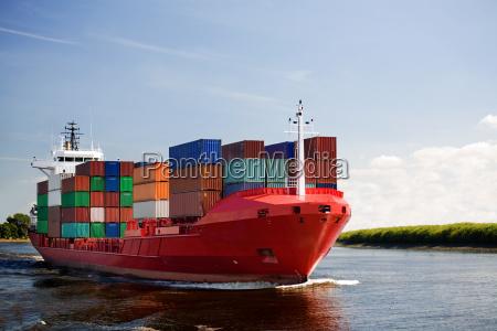 frachtcontainerschiff auf fluss