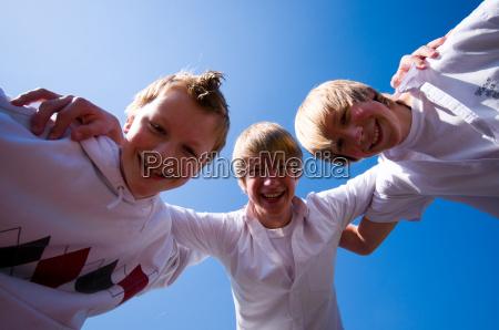umarmung von teenagern