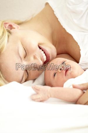 2 wochen altes baby mit mama