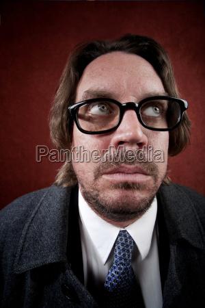 besorgter mann mit brille macht ein