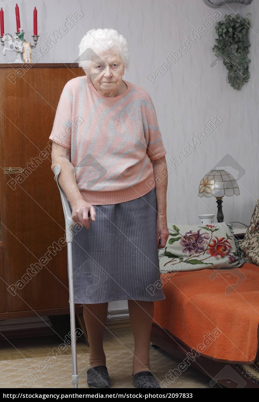 Oma mit Krücke - Lizenzfreies Bild - #2097833