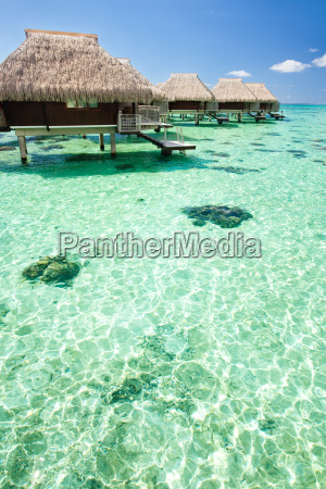 overwater bungalow mit schritte in lagoo