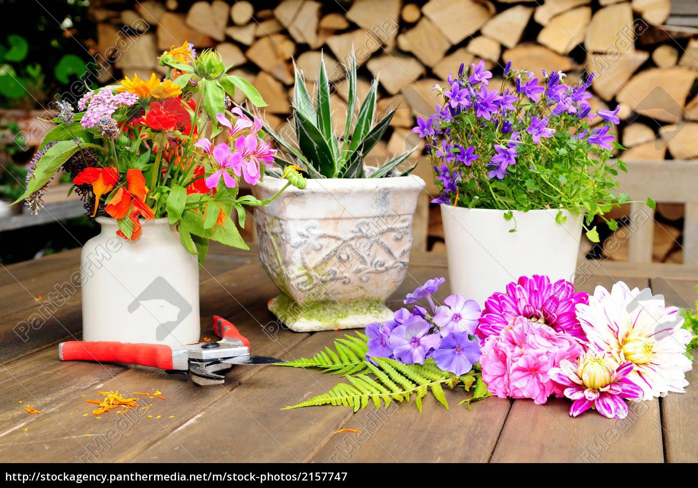Blumen Dekoration Gartentisch Stockfoto 2157747 Bildagentur