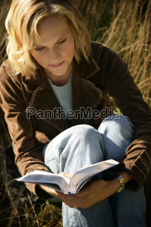 frau liest ihre bibel