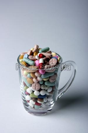 glas mit pillen