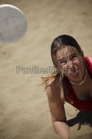 eine frau spielt beachvolleyball