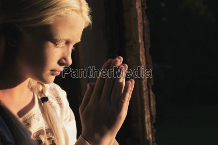maedchen das im dunkeln betet