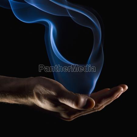 rauchschwaden aus einer hand