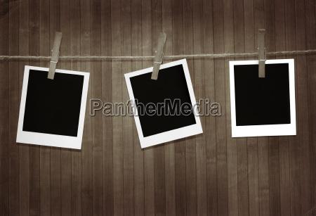 polaroid bilder gegen holz