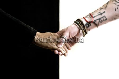 schwarze hand weisse hand