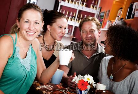 vier freunde in einem kaffee haus