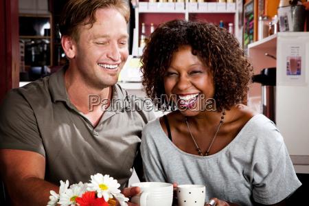 mischrassepaare im kaffeehaus