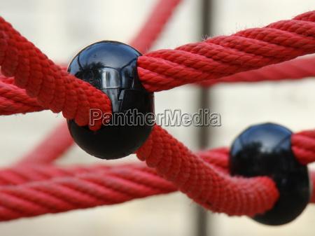 rotes netz mit schwarzer kugel