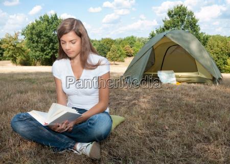 frau buch camping zelt