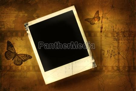 altes polaroid vor gruseligem hintergrund