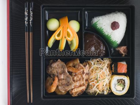 teppanyaki lunchbox mit essstaebchen