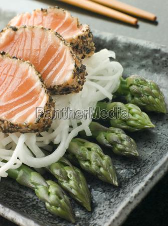 gebratener lachs sashimiblack pfeffer mit mouli