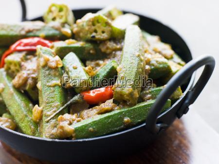 karahi teller mit bhindi masala
